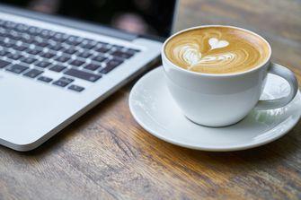 koffie laptop thuiswerken