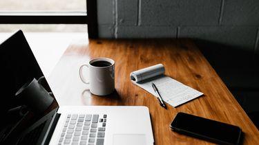 koffie drinken laptop thuiswerken