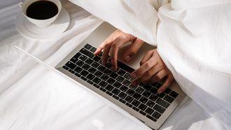ochtend bed laptop