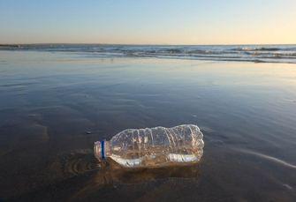 plastic flesje strand